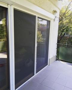 Dupla tokos szúnyogháló ajtó, redőny elé szerelve